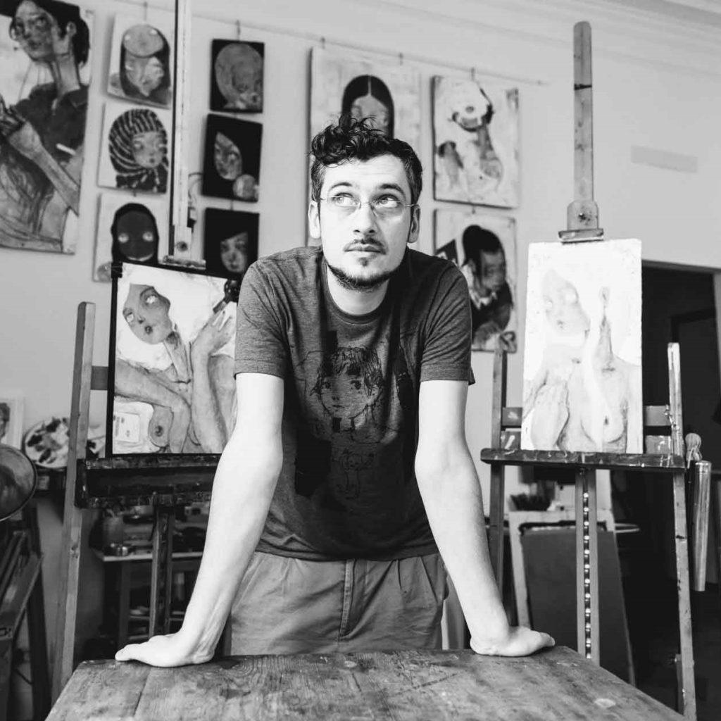 Il pittore e artista contemporaneo Diego Gabriele nel suo studio